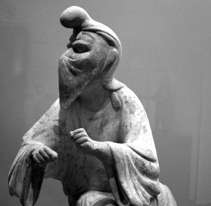 Feuerpriester mit Mund-Nasen-Schutztuch Padam aus China.